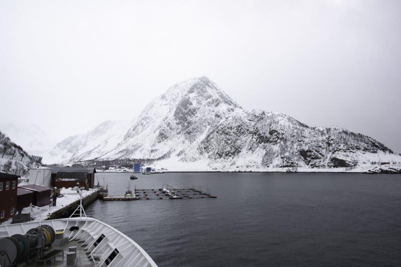 POV van dek van schip met mening van sneeuw behandelde kustlijn stock fotografie