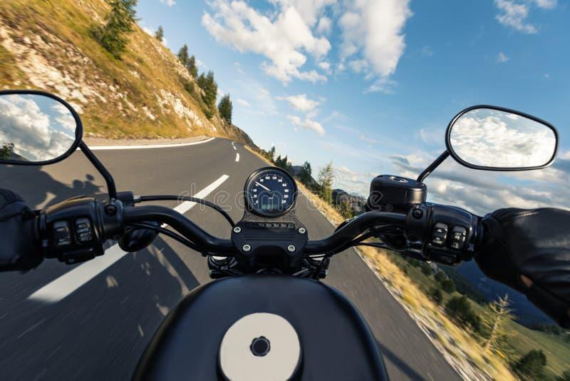 POV von motorbiker Lenkstange halten stockbilder