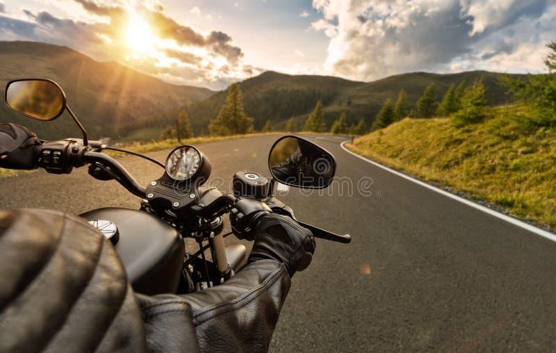 POV von motorbiker Lenkstange, Reiten halten in den Alpen stockfoto