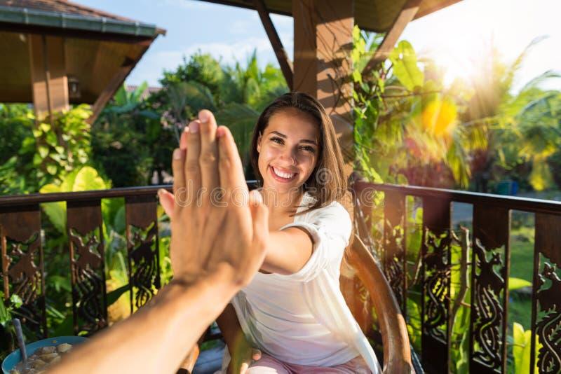POV-Vrouw die Hoogte Vijf geven aan Man Vrolijk Meisje in het Gebaar van de Ochtendhand terwijl het Zitten bij Lijst aangaande de stock afbeelding