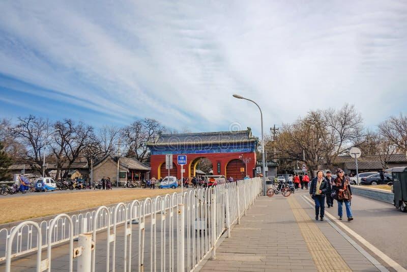 Povo chinês ou touristin Unacquainted que andam perto da porta ou do Tiantan da entrada de Templo do Céu no nome chinês na cidade fotografia de stock royalty free