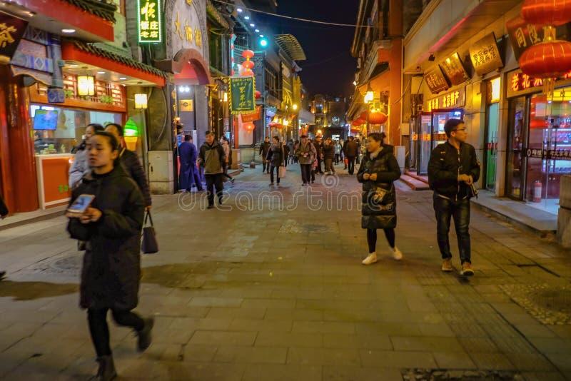 Povo chinês ou turista Unacquainted que andam em nivelar o tempo na rua de Qianmen a rua famosa no capital de beijing do queixo fotos de stock royalty free