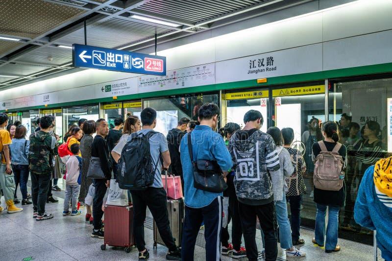 Povo chinês que espera o metro em uma estação subterrânea na linha 6 de metro de Wuhan em China fotografia de stock