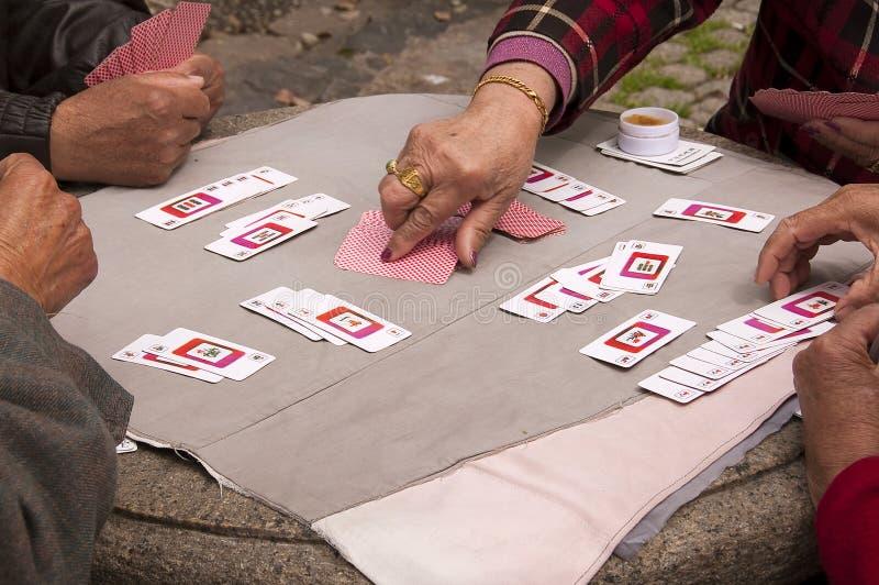 Povo chinês que joga cartões de Mahjong em um parque público, Shanghai, China fotos de stock royalty free