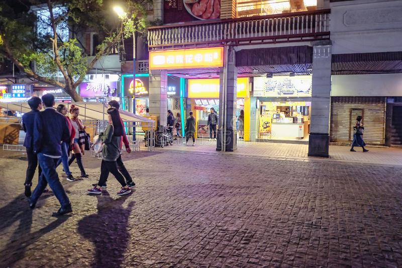 Povo chinês Unacquainted que anda 'na estrada de beijing 'a rua de passeio famosa na porcelana da cidade de guangzhou fotos de stock