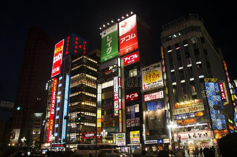 Povo japonês que espera sinais de tráfego pelo tráfego de cruzamento da caminhada fotografia de stock