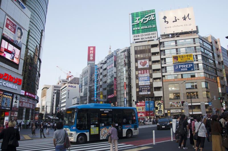 Povo japonês que espera sinais de tráfego pelo tráfego de cruzamento da caminhada fotos de stock