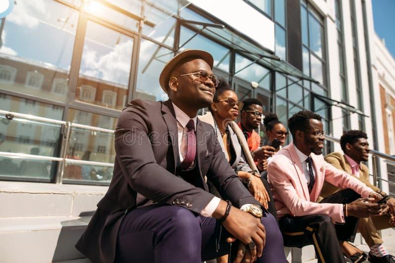 Povos à moda relaxado com caras otimistas imagens de stock royalty free