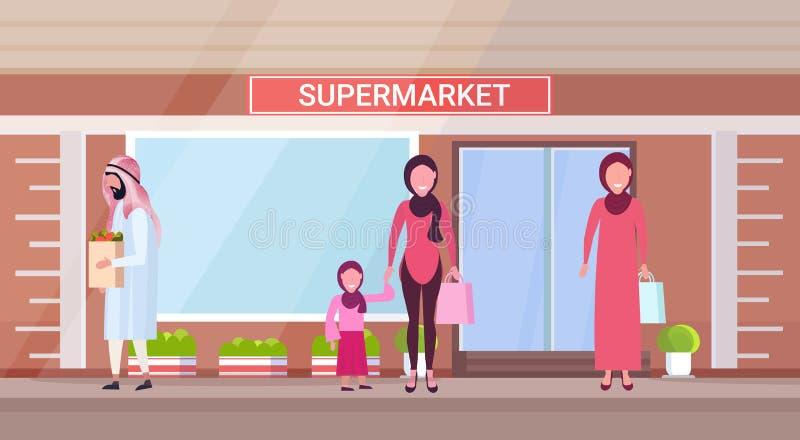Povos árabes na roupa tradicional que guarda sacos de compras com os caráteres árabes dos mantimentos que estão moderno exterior ilustração do vetor