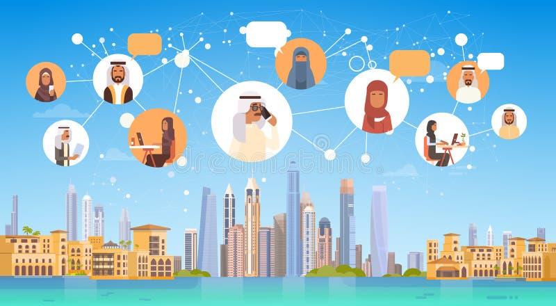 Povos árabes que têm a rede social de Media Communication do bate-papo da conexão sobre o fundo da cidade ilustração royalty free