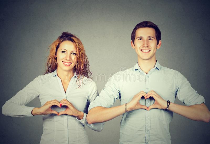 Povos alegres que mostram corações com mãos fotografia de stock royalty free