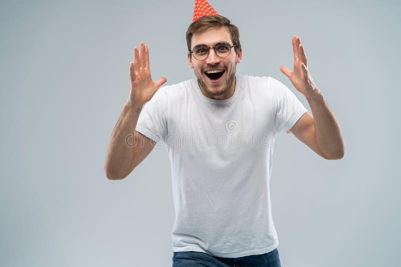 Povos, alegria, aniversário, aniversário, divertimento e conceito do partido Imagem do homem novo surpreendido considerável com o imagens de stock