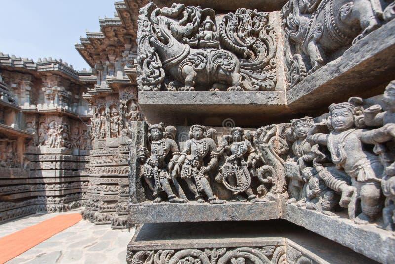 Povos antigos e leões do mito na parede velha do templo Arte finala indiana velha foto de stock