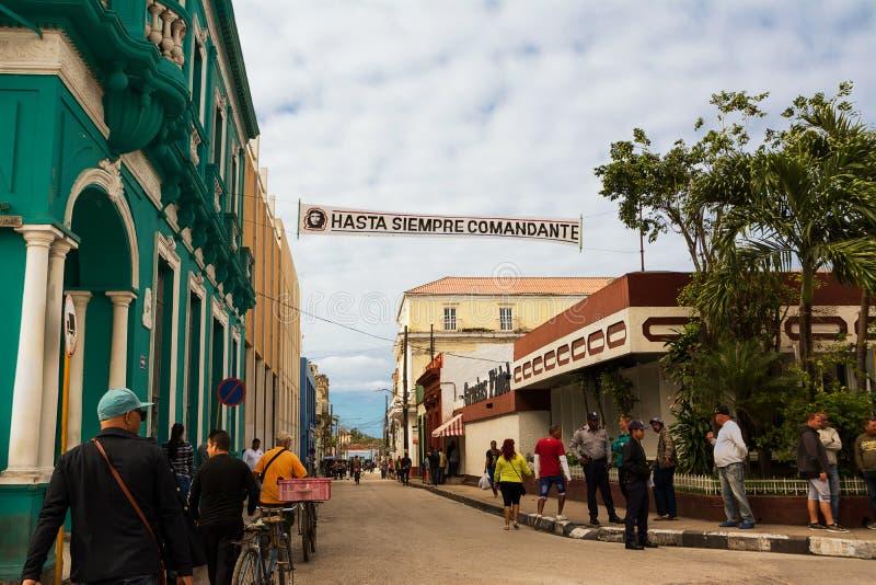 Povos ao longo de uma rua de Santa Clara com uma bandeira que mostra o i fotografia de stock