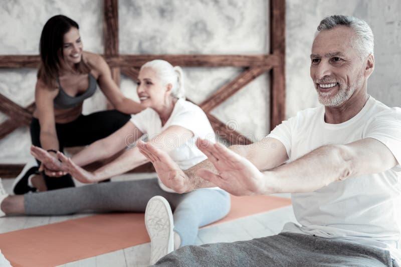 Povos aposentados que apreciam a sessão do esporte no clube de aptidão foto de stock royalty free