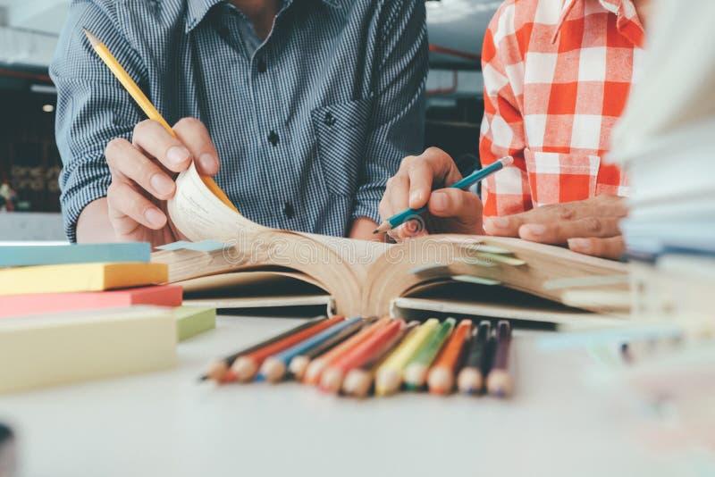 Povos, aprendizagem, educação e conceito da escola fotos de stock