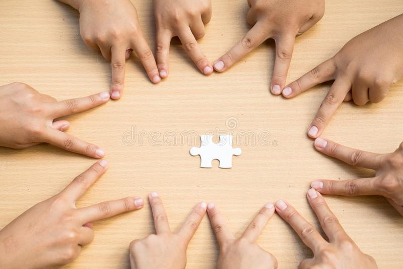 Povos asiáticos das crianças que unem suas mãos, trabalhos de equipa com foto de stock royalty free