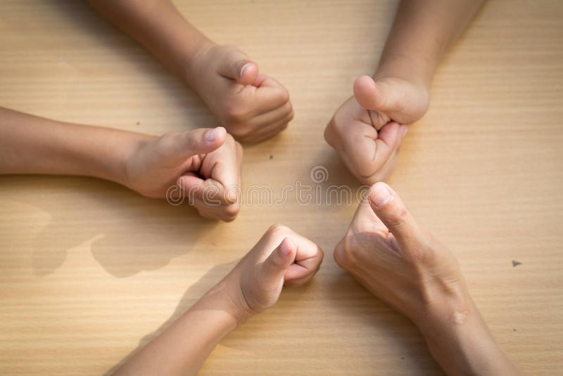Povos asiáticos das crianças que unem suas mãos, trabalhos de equipa com imagens de stock