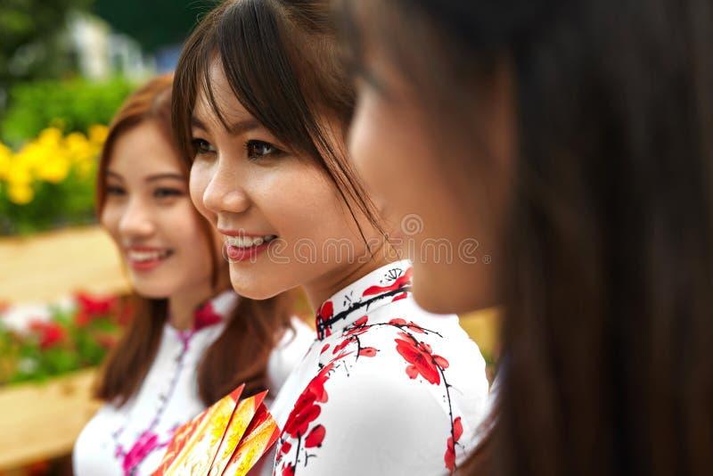 Povos asiáticos Mulheres felizes na roupa nacional de Vietname cultura imagem de stock