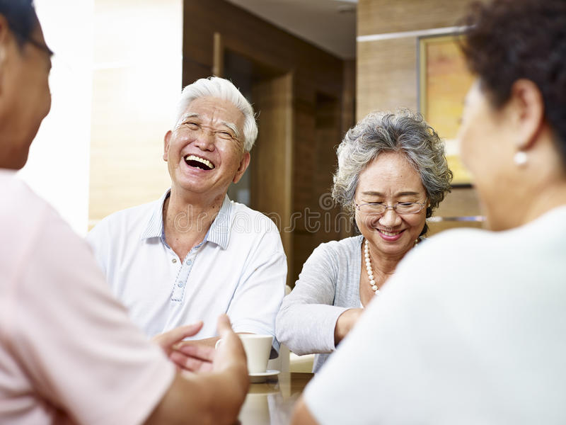 Povos asiáticos superiores que têm uma boa estadia imagens de stock royalty free