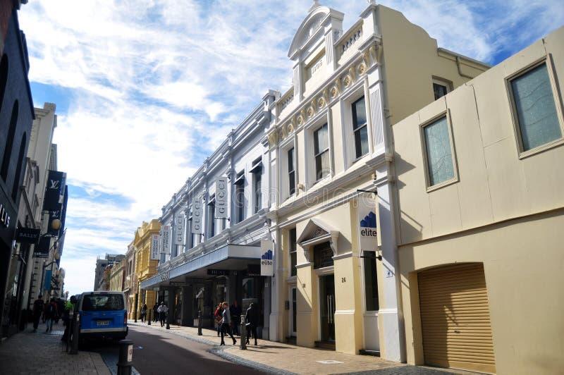 Povos australianos que andam no pavimento com construção clássica em Perth, Austrália foto de stock
