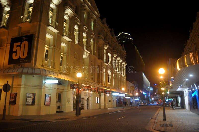 Povos australianos que andam no pavimento na noite em St Georges Terrace Street em Perth, Austrália fotografia de stock royalty free