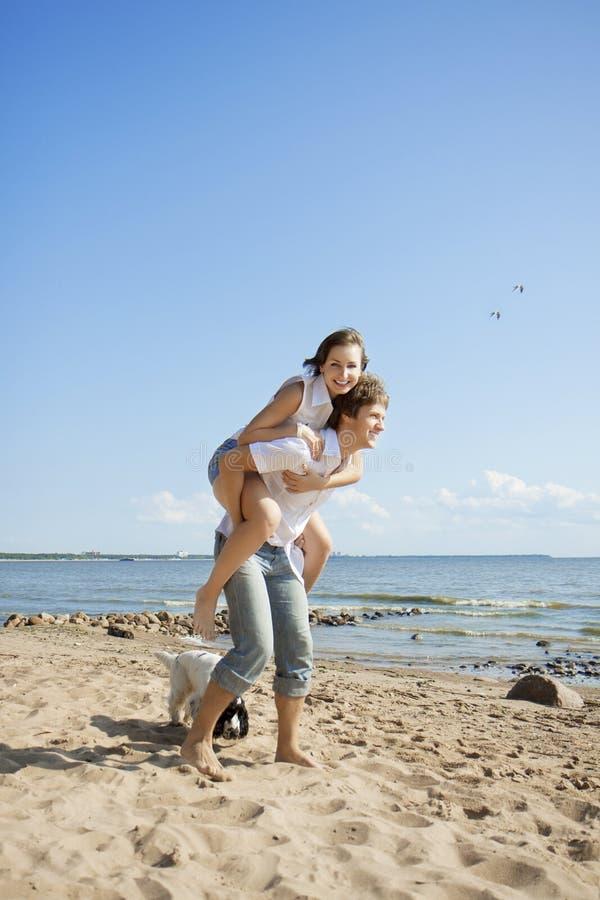 Povos bonitos no amor na praia fotos de stock royalty free