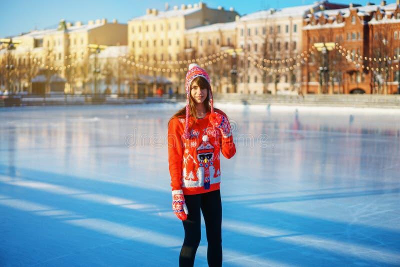 Povos bonitos novos do inverno da patinagem no gelo da mulher, o conceito do entretenimento imagem de stock