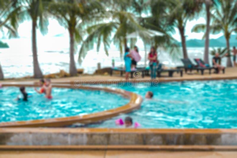Povos borrados na piscina nos feriados imagens de stock royalty free