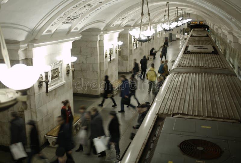 Povos borrados na plataforma do metro. foto de stock royalty free