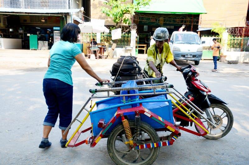 Povos burmese e tráfego na estrada em Mandalay fotos de stock royalty free