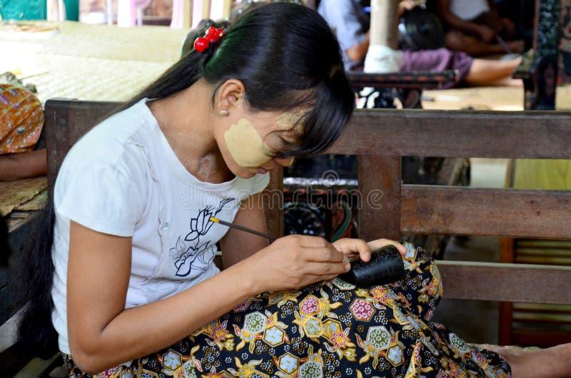Povos burmese que trabalham Lacquerware feito fotografia de stock royalty free