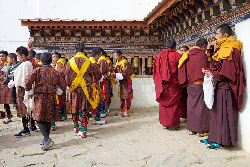Povos butaneses e monges budistas no monastério de Gangtey, Gangteng, Butão foto de stock