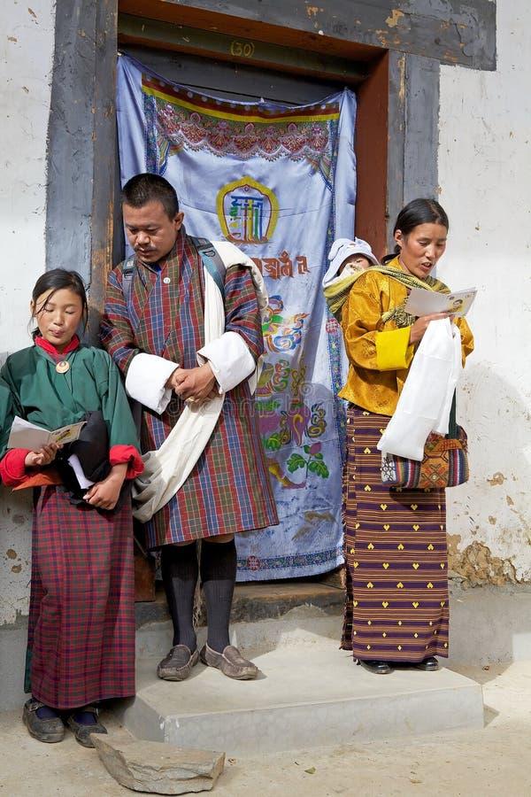 Povos butaneses no monastério de Gangtey, Gangteng, Butão fotografia de stock royalty free