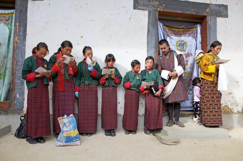 Povos butaneses no monastério de Gangtey, Gangteng, Butão imagens de stock royalty free