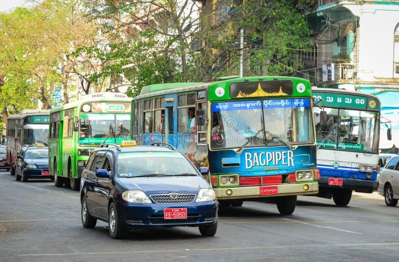 Povos, carros e bicicletas nas ruas em Mandalay fotografia de stock royalty free