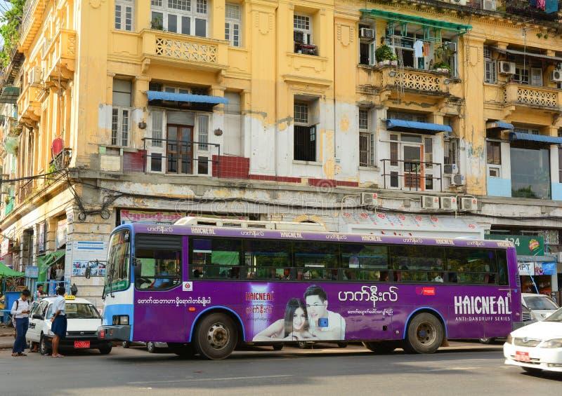 Povos, carros e bicicletas nas ruas em Mandalay imagens de stock royalty free