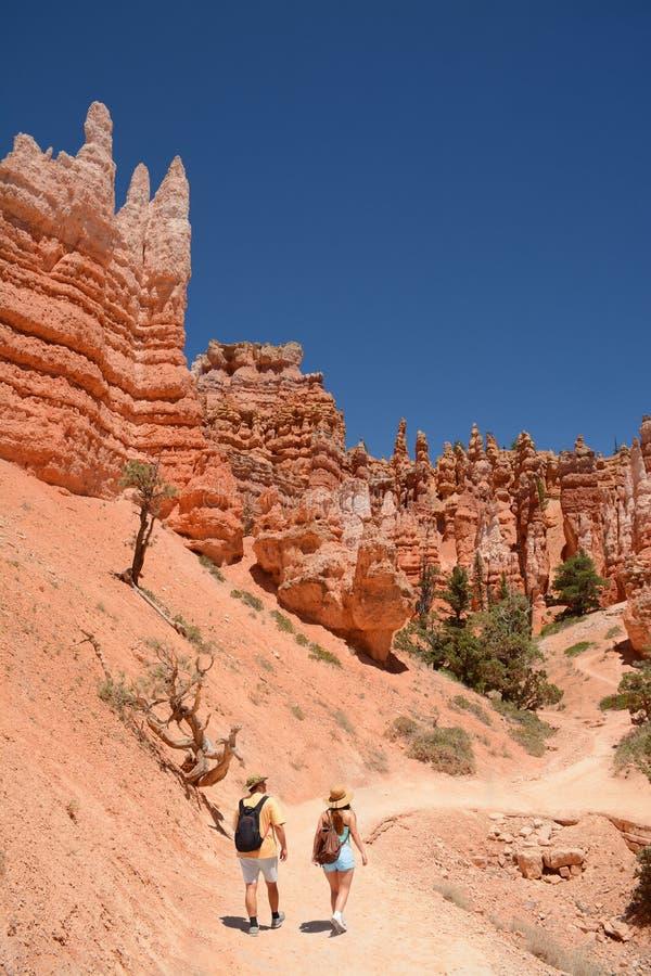 Povos com as trouxas que caminham no deserto de Utá fotos de stock royalty free