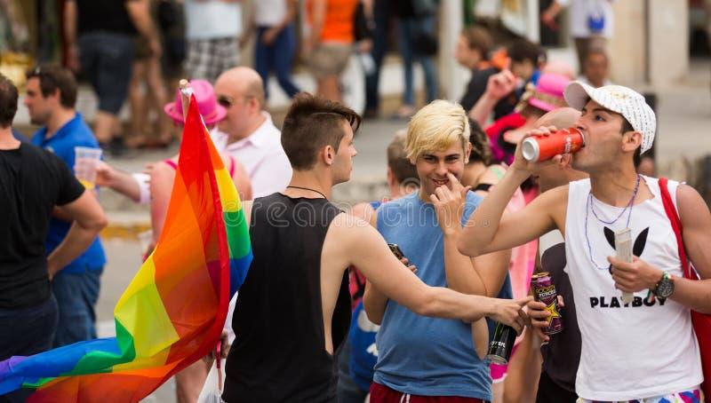 Povos com a bandeira do arco-íris na parada de orgulho alegre em Sitges fotografia de stock