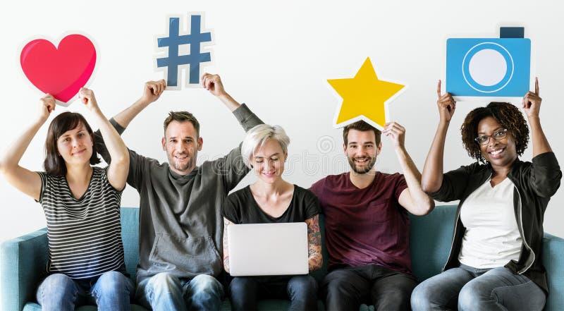 Povos com conceito social dos meios foto de stock royalty free