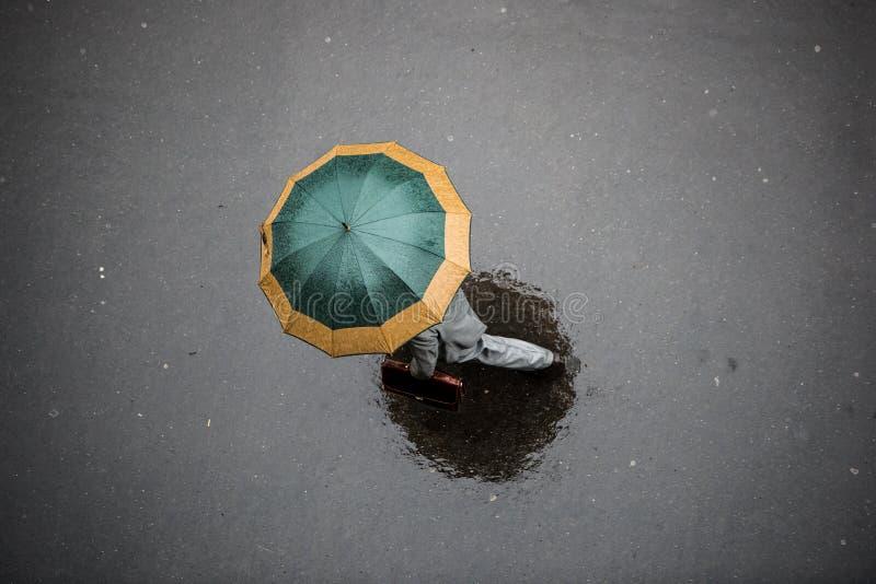 Povos com guarda-chuva fotografia de stock royalty free