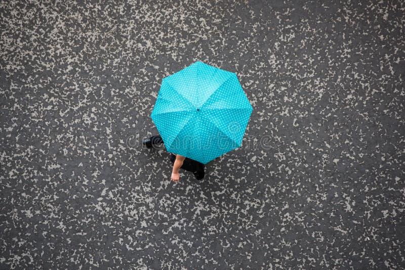 Povos com guarda-chuva imagem de stock royalty free