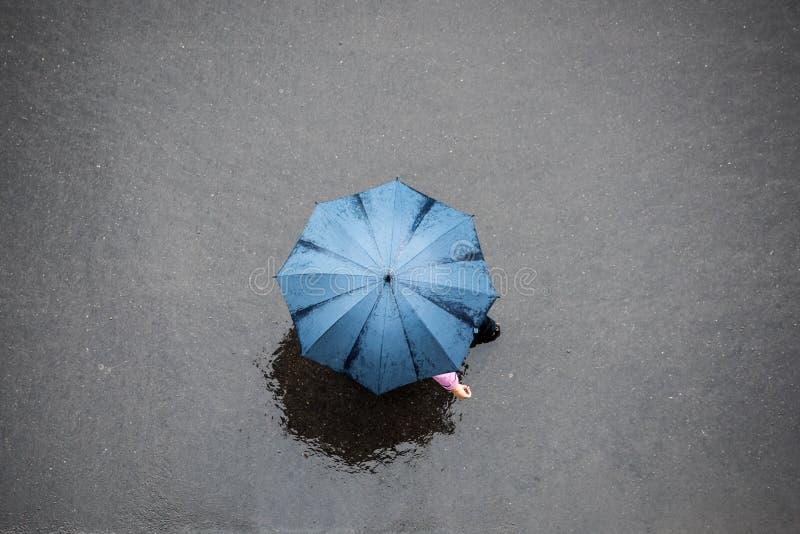 Povos com guarda-chuva imagens de stock