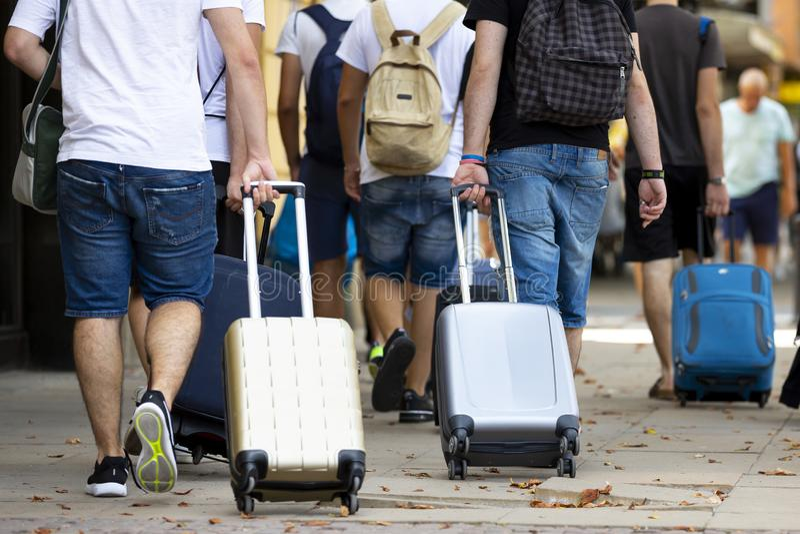 Povos com malas de viagem foto de stock