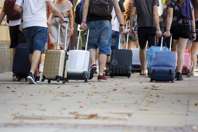 Povos com malas de viagem fotos de stock