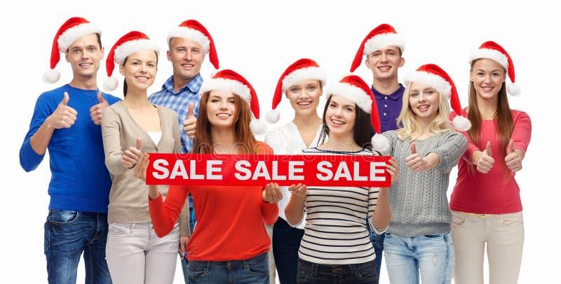 Povos com os sacos de compras na venda do Natal foto de stock royalty free