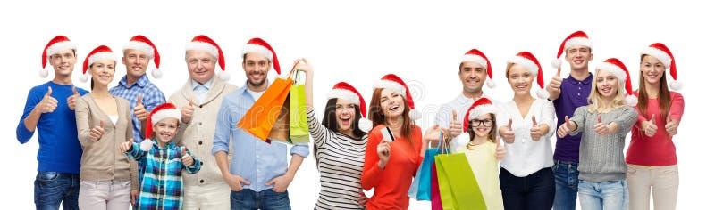 Povos com os sacos de compras na venda do Natal fotografia de stock royalty free
