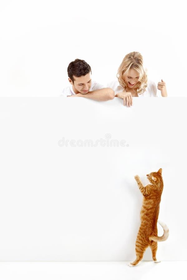 Povos com um gato e uma bandeira vazia fotografia de stock