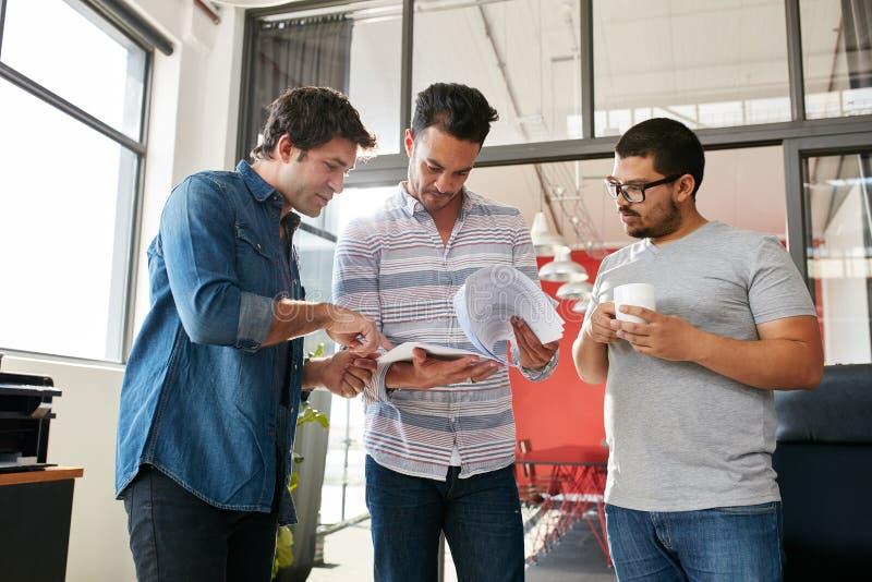 Povos criativos que discutem planos na reunião no escritório imagem de stock royalty free