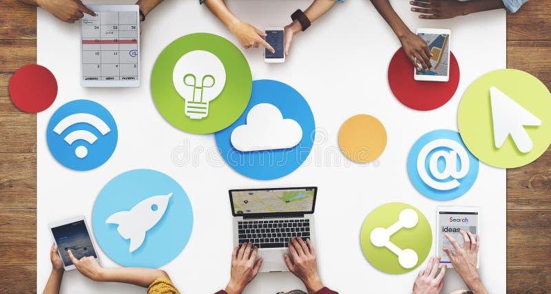 Povos criativos que trabalham o conceito social do ícone dos meios fotos de stock
